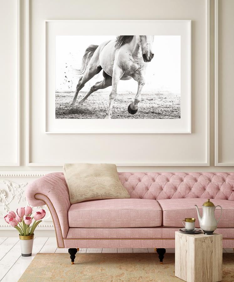Hästtavla ovanför soffa